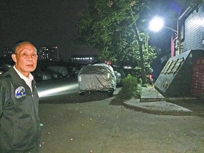 退休教师自费装路灯方便夜行人